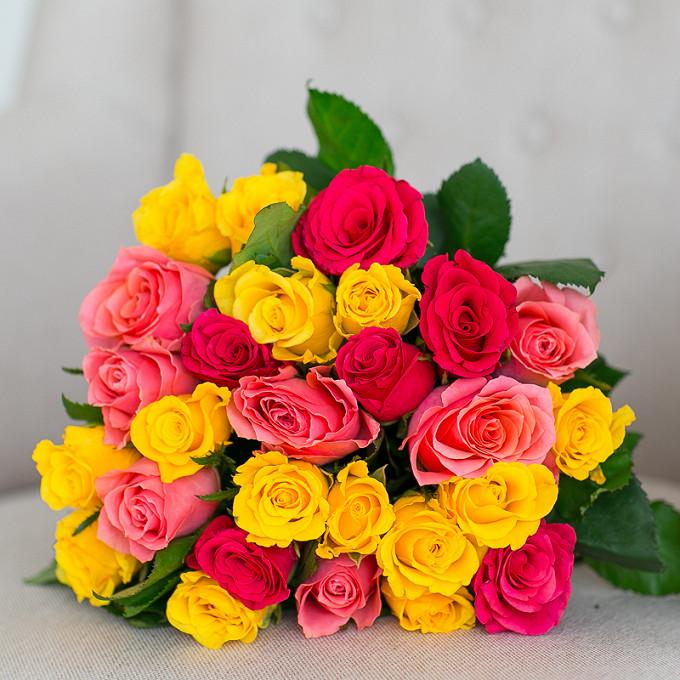 Букет из: роза (ярко-розовый, 40 см) — 6 шт., роза (розовый, 40 см) — 7 шт., роза (желтый, 40 см) — 14 шт., желтая лента — 1 шт. - Яркий микс