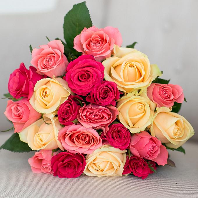 Роза Кения (кремовый, 40 см) — 7 шт., Роза Кения (нежно-розовый, 40 см) — 7 шт., Роза Кения (ярко-розовый, 40 см) — 7 шт., Розовая лента — 1 шт.