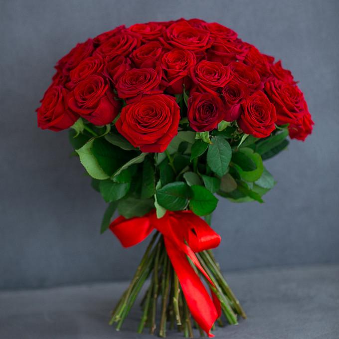 Букет из: роза (красный, 40 см) — 51 шт., красная лента — 1 шт. - 51/101 красная роза