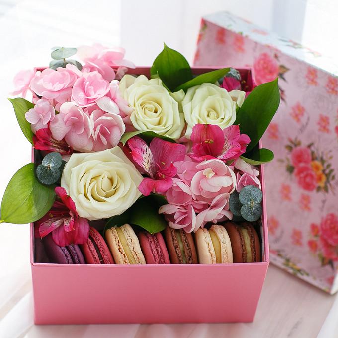 Букет из: макаронс 1 шт. — 7 шт., гортензия (розовый) — 1 шт., роза (белый) — 3 шт., альстромерия (розовый) — 1 шт., эвкалипт — 1 шт., рускус — 1 шт., коробка (прямоугольник, средний) — 1 шт., пиафлор — 1 шт. - Коробка с пирожными Macaron и гортензией