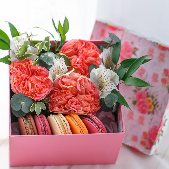 Пиафлор — 1 шт., Коробка (прямоугольник, средний) — 1 шт., Рускус — 1 шт., Эвкалипт — 1 шт., Альстромерия (белый) — 1 шт., Роза пионовидная (персиковый) — 3 шт…
