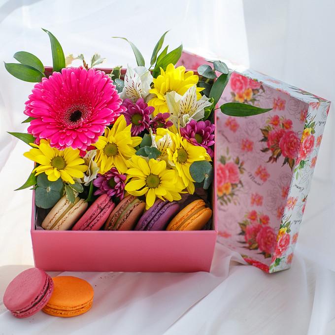 Букет из: макаронс 1 шт. — 5 шт., гербера (розовый) — 1 шт., хризантема кустовая (розовый) — 1 шт., хризантема кустовая (желтый) — 1 шт., альстромерия (белый) — 1 шт., эвкалипт — 1 шт., рускус — 1 шт., питоспорум — 1 шт., коробка (прямоугольник, средний) — 1 шт., пиафлор — 1 шт. - Коробка с пирожными Macaron и герберой