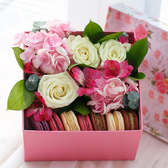Коробка с пирожными Macaron и гортензией