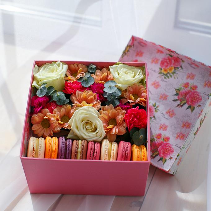 Букет из: пиафлор — 1 шт., гвоздика кустовая (ярко-розовый) — 1 шт., макаронс 1 шт. — 8 шт., роза (белый) — 3 шт., хризантема кустовая (персиковый) — 1 шт., эвкалипт — 1 шт., коробка (прямоугольник, средний) — 1 шт. - Коробка с пирожными Macaron и цветами