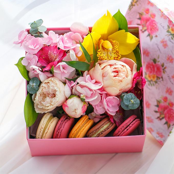 Коробка с пирожными Macaron и орхидеей цимбидиум
