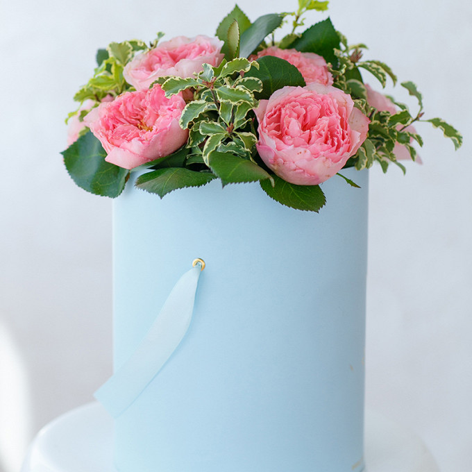 Пиафлор — 1 шт., Шляпная коробка (средний) — 1 шт., Фитоспорум — 3 шт., Роза пионовидная (розовый) — 9 шт.