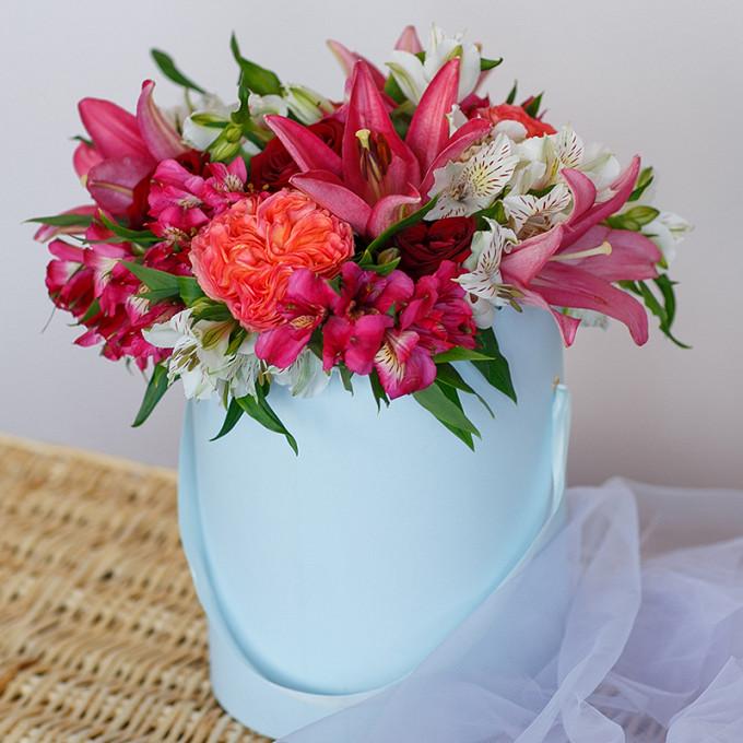 Лилия ветка (красный) — 2 шт., Роза Кения (красный) — 5 шт., Роза пионовидная (персиковый) — 4 шт., Альстромерия (нежно-розовый) — 3 шт., Альстромерия (белый) …