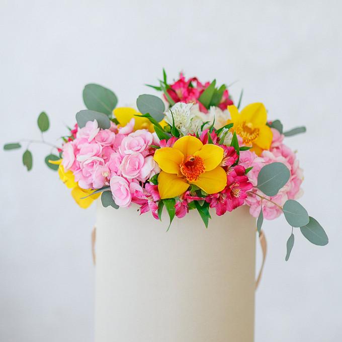 Букет из: орхидея цимбидиум 1 бутон (желтый) — 5 шт., гортензия (розовый) — 3 шт., альстромерия (розовый) — 3 шт., альстромерия (белый) — 2 шт., эвкалипт — 1 шт., шляпная коробка (средний) — 1 шт., пиафлор — 1 шт. - Шляпная коробка с орхидеями