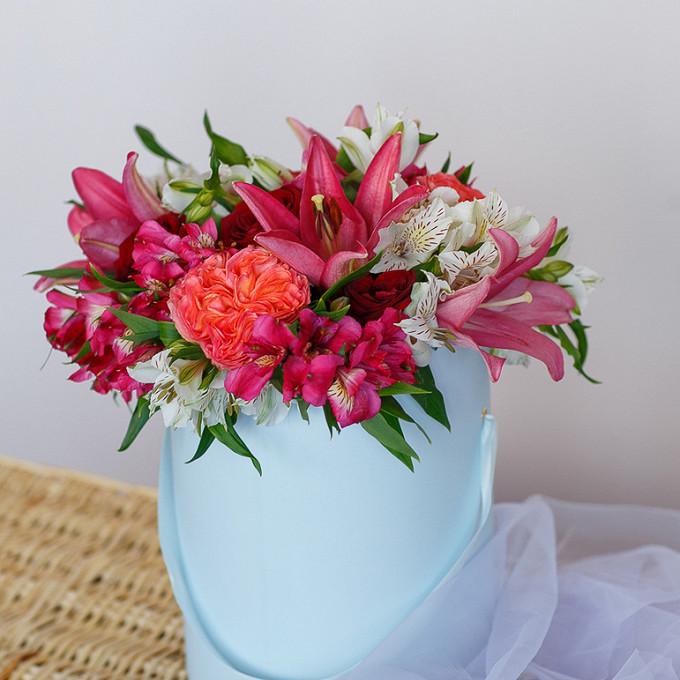 Букет из: лилия ветка (красный) — 2 шт., роза (красный) — 5 шт., роза пионовидная (персиковый) — 4 шт., альстромерия (розовый) — 3 шт., альстромерия (белый) — 3 шт., шляпная коробка (средний) — 1 шт., пиафлор — 1 шт. - Шляпная коробка с лилиями