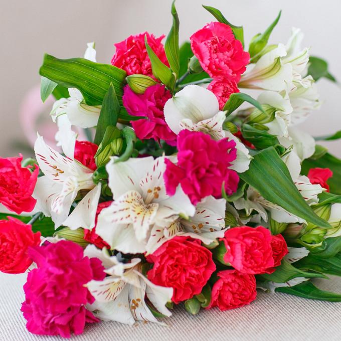 Розовая лента — 1 шт., Гвоздика кустовая (ярко-сиреневый) — 3 шт., Гвоздика кустовая (красный) — 2 шт., Альстромерия (белый) — 4 шт.