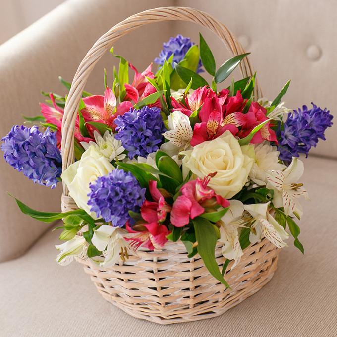 Корзина с розами и гиацинтом