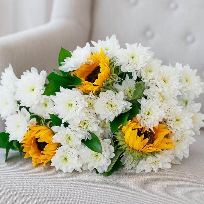 Букет из: рускус — 3 шт., желтая лента — 1 шт., подсолнух (желтый) — 3 шт., хризантема кустовая (белый) — 4 шт. - Букет с подсолнухами и кустовыми хризантемами