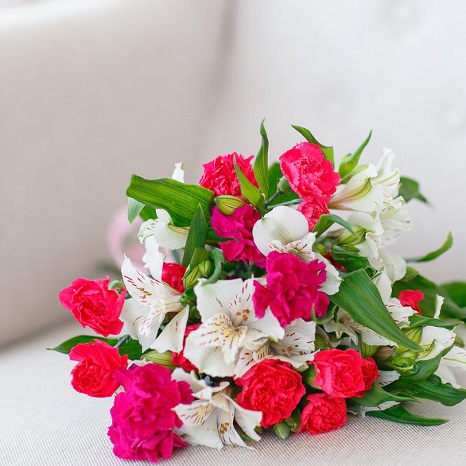 Букет из: розовая лента — 1 шт., гвоздика кустовая (ярко-сиреневый) — 3 шт., гвоздика кустовая (красный) — 2 шт., альстромерия (белый) — 4 шт. - Букет гвоздик и альстромерий