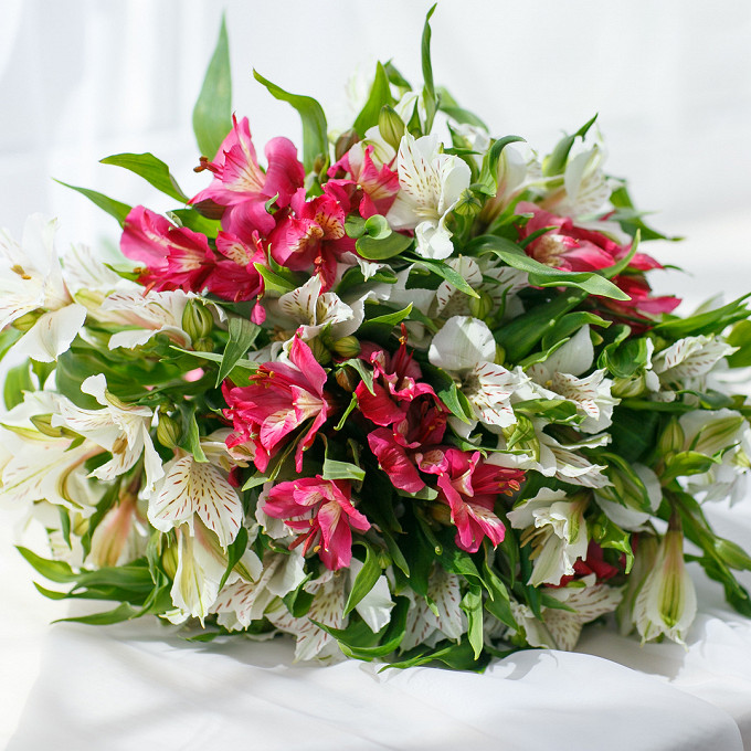 Букет из: розовая лента — 1 шт., альстромерия (розовый) — 7 шт., альстромерия (белый) — 8 шт. - Букет с альстромериями
