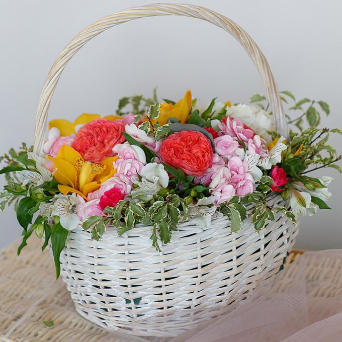 Корзина с орхидеями и пионовидными розами