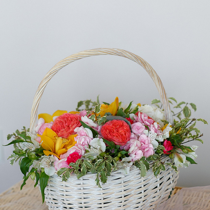 Букет из: фитоспорум — 5 шт., пиафлор — 2 шт., корзина (круг, большой) — 1 шт., орхидея цимбидиум 1 бутон (желтый) — 5 шт., роза пионовидная (персиковый) — 3 шт., гортензия (розовый) — 3 шт., альстромерия (белый) — 5 шт. - Корзина с орхидеями и пионовидными розами