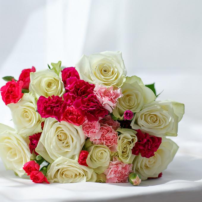 Букет из: белая лента — 1 шт., гвоздика кустовая (розовый) — 1 шт., роза (белый, 50 см) — 11 шт., гвоздика кустовая (красный) — 2 шт., гвоздика кустовая (ярко-сиреневый) — 1 шт. - Букет с розами и кустовой гвоздикой