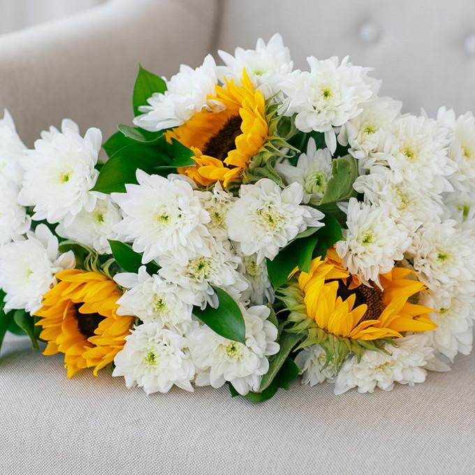 Рускус — 3 шт., Желтая лента — 1 шт., Подсолнух (желтый) — 3 шт., Хризантема кустовая (белый) — 4 шт.