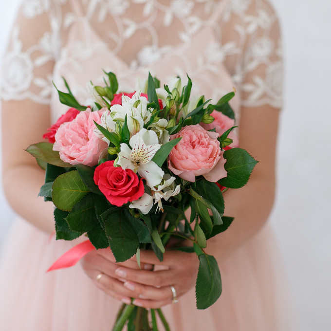 Красная лента — 1 шт., Роза (красный, 50 см) — 5 шт., Альстромерия (белый) — 4 шт., Роза пионовидная (розовый) — 4 шт.