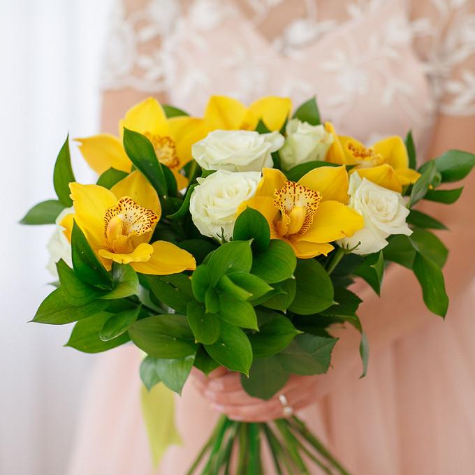 Рускус — 9 шт., Желтая лента — 1 шт., Орхидея Цимбидиум 1 бутон (желтый) — 5 шт., Роза Кения (белый, 50 см) — 8 шт.
