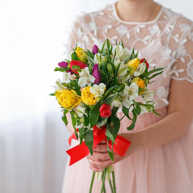 Букет разноцветных тюльпанов с альстромериями