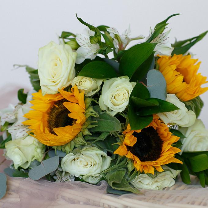 Букет с белыми розами и подсолнухами