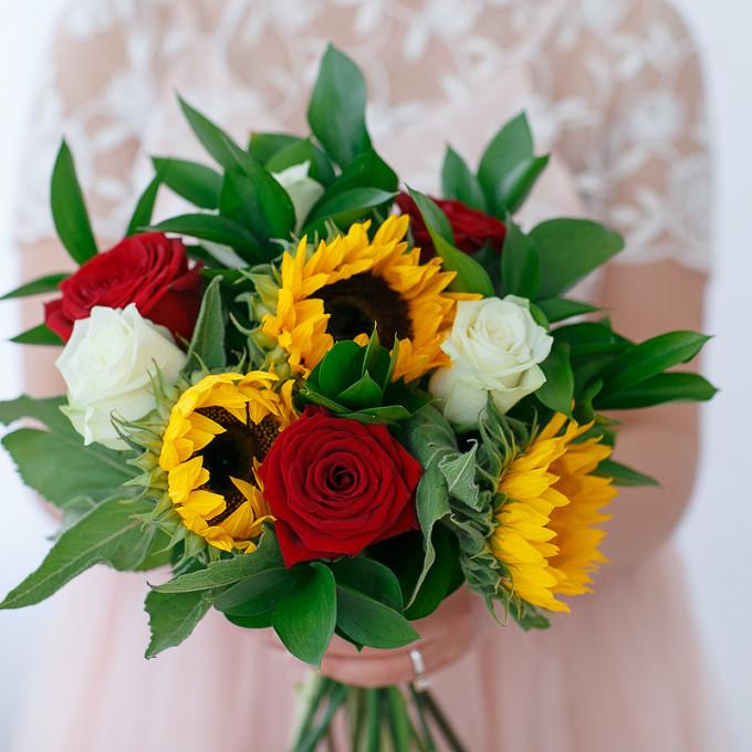Роза (красный, 50 см) — 3 шт., Рускус — 8 шт., Красная лента — 1 шт., Подсолнух (желтый) — 3 шт., Роза (белый, 50 см) — 3 шт.
