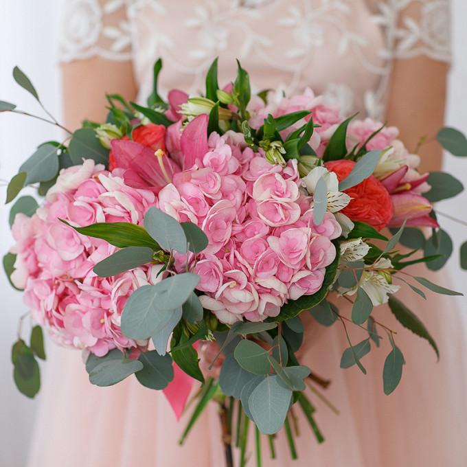 Эвкалипт — 3 шт., Розовая лента — 1 шт., Роза пионовидная (персиковый) — 3 шт., Лилия ветка (красный) — 1 шт., Гортензия (нежно-розовый) — 3 шт., Альстромерия …