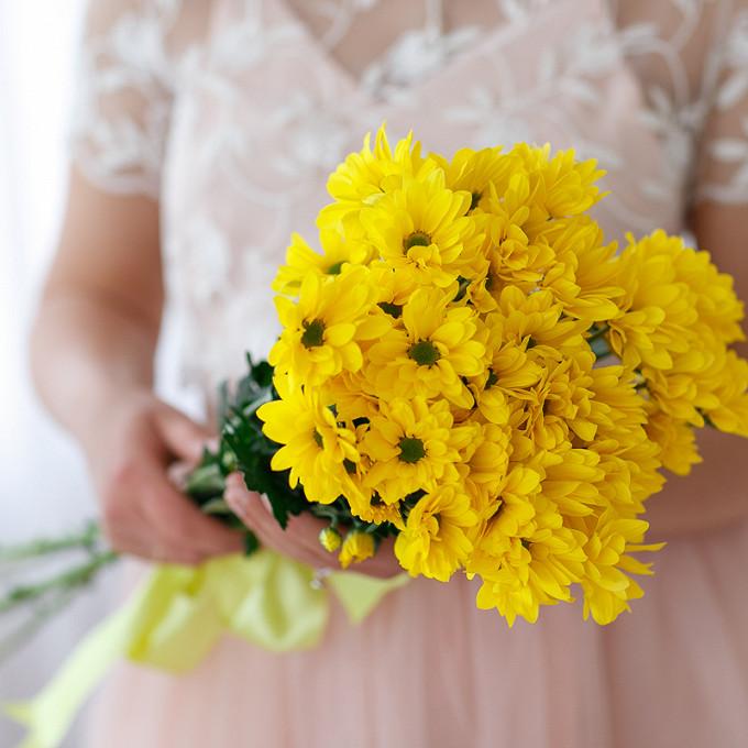 Хризантема кустовая (желтый) — 5 шт., Желтая лента — 1 шт.