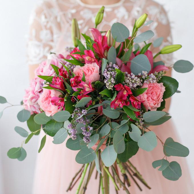 Эвкалипт — 5 шт., Розовая лента — 1 шт., Сирень (нежно-сиреневый) — 5 шт., Гортензия (нежно-розовый) — 1 шт., Альстромерия (нежно-розовый) — 5 шт., Роза пионов…