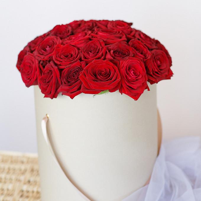 Роза Кения (красный) — 25 шт., Шляпная коробка (средний) — 1 шт., Пиафлор — 1 шт.