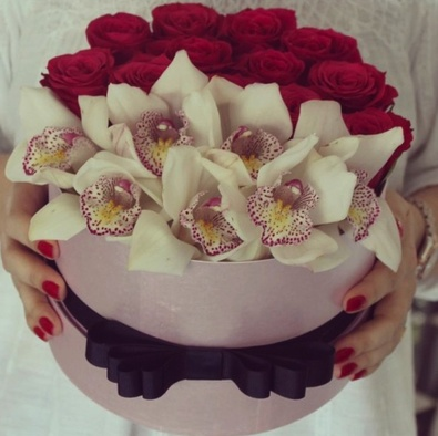 Пиафлор — 1 шт., Фиолетовая лента — 1 шт., Шляпная коробка (средний) — 1 шт., Орхидея Цимбидиум 1 бутон (белый) — 7 шт., Роза Кения (красный) — 10 шт.