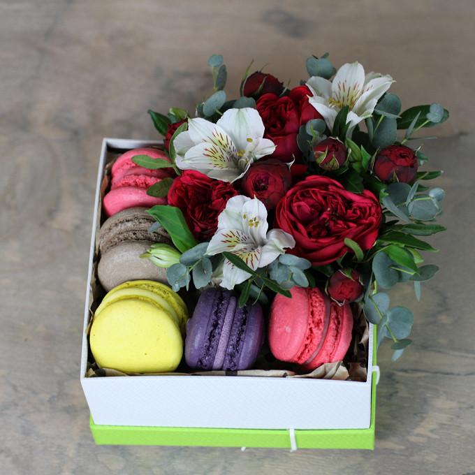 Коробка с пионовидными розами и пирожными Macaron