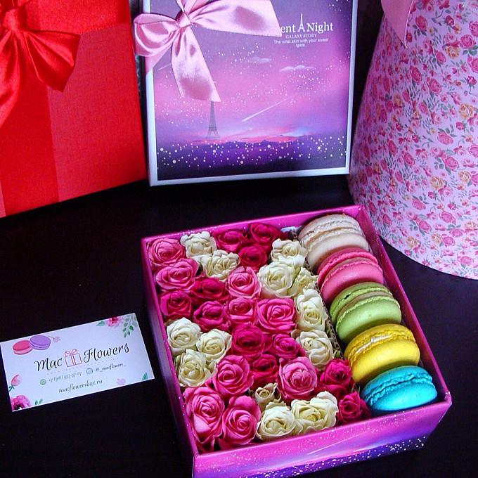 Пиафлор — 1 шт., Макаронс 1 шт. — 5 шт., Коробка (прямоугольник, средний) — 1 шт., Роза кустовая (белый) — 4 шт., Роза кустовая (розовый) — 6 шт.