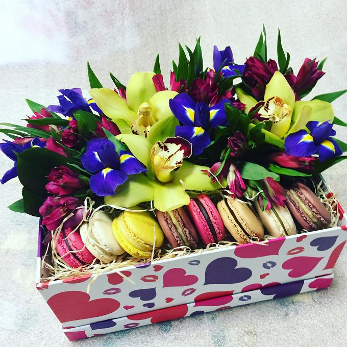 Букет из: коробка (прямоугольник, большой) — 1 шт., макаронс 1 шт. — 8 шт., рускус — 6 шт., пиафлор — 1 шт., орхидея цимбидиум 1 бутон (зеленый) — 3 шт., альстромерия (ярко-розовый) — 7 шт., ирис (ярко-сиреневый) — 6 шт. - Букет №16