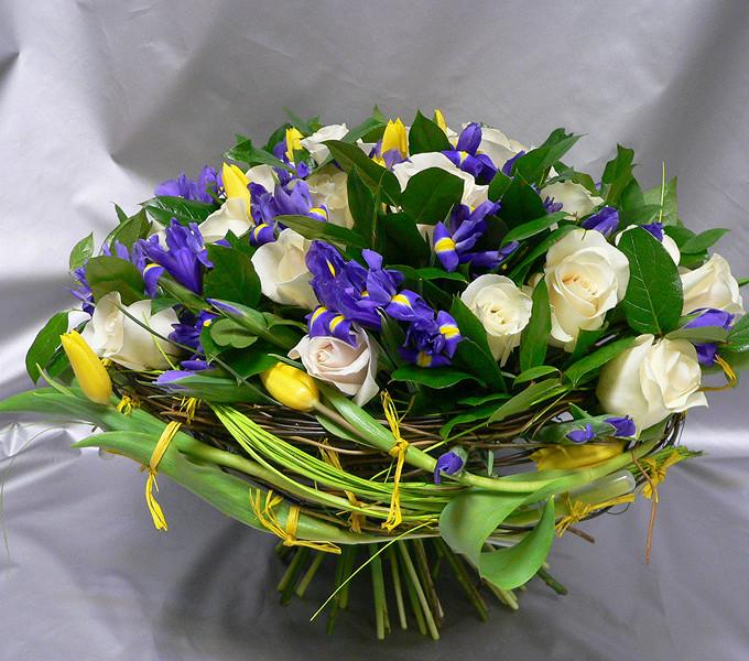 Тюльпан (желтый) — 15 шт., Роза Кения (белый, 50 см) — 15 шт., Ирис (фиолетовый) — 19 шт., Каркас — 1 шт., Желтая лента — 1 шт., Салал — 9 шт.