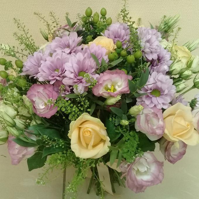 Лизиантус (нежно-розовый) — 4 шт., Роза кустовая (белый) — 4 шт., Хризантема кустовая (нежно-розовый) — 5 шт., Гиперикум (зеленый) — 3 шт., Роза Кения (кремовы…