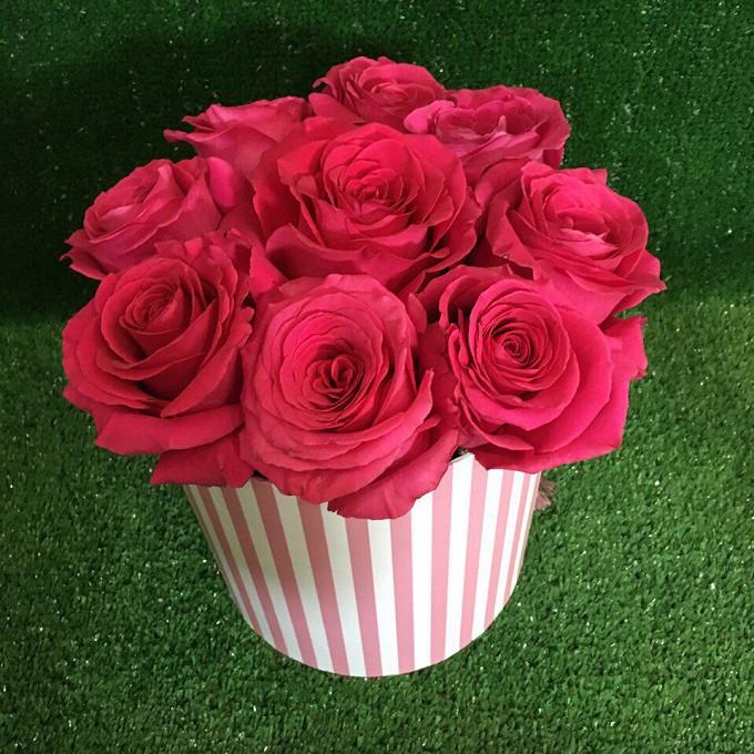 Пиафлор — 1 шт., Шляпная коробка (малый) — 1 шт., Роза (ярко-розовый) — 9 шт.