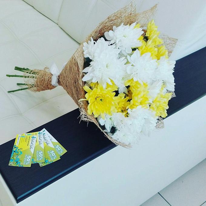 Хризантема кустовая (желтый) — 2 шт., Хризантема кустовая (белый) — 3 шт., Белая лента — 1 шт., Упаковка Сизаль натуральная — 1 шт.