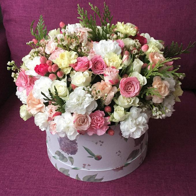 Букет из: роза кустовая (розовый) — 5 шт., гвоздика кустовая (персиковый) — 7 шт., гиперикум (розовый) — 7 шт., шамелациум (белый) — 5 шт., гвоздика (белый) — 5 шт., роза кустовая (белый) — 5 шт., зелень по сезону — 5 шт., гвоздика кустовая (желтый) — 7 шт., лимониум (белый) — 4 шт., шляпная коробка (средний) — 1 шт., пиафлор — 2 шт. - Цветочная композиция №5
