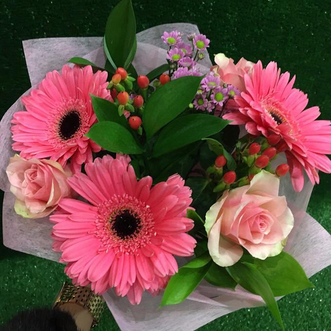 Букет из: гербера (розовый) — 3 шт., роза (розовый, 40 см) — 3 шт., хризантема сантини (розовый) — 1 шт., гиперикум (красный) — 2 шт., рускус — 3 шт., упаковка фетр — 1 шт., розовая лента — 1 шт. - Розовый закат