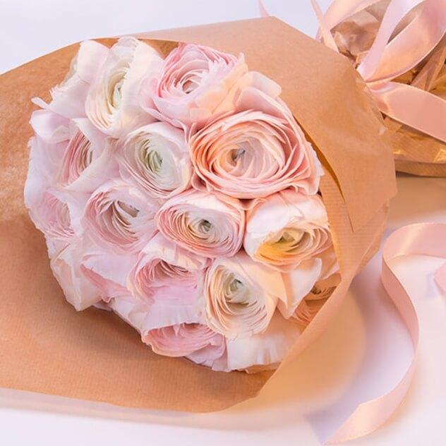Упаковка Крафт-бумага — 1 шт., Розовая лента — 1 шт., Ранункулюс (розовый) — 19 шт.