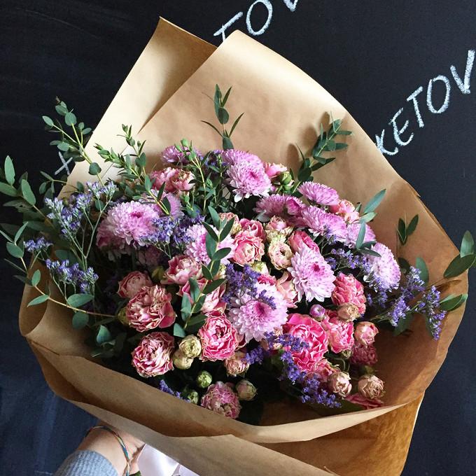 Хризантема Сантини (нежно-розовый) — 5 шт., Статица (нежно-сиреневый) — 3 шт., Эвкалипт — 1 шт., Роза кустовая (нежно-розовый) — 5 шт., Упаковка Крафт-бумага —…