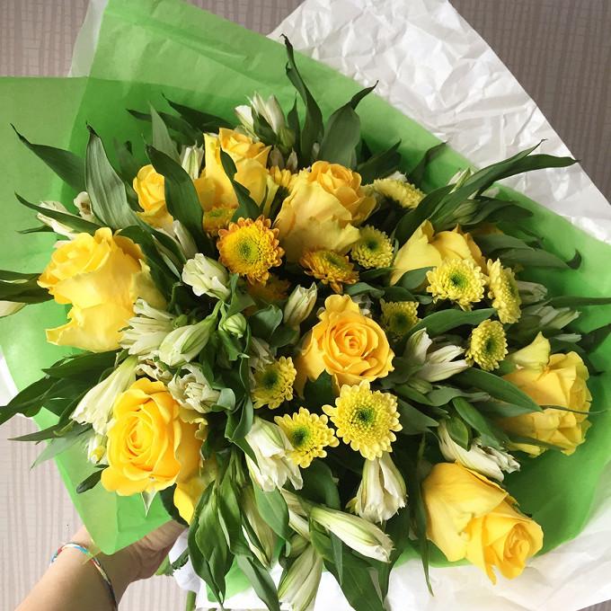 Роза Кения (желтый, 50 см) — 7 шт., Хризантема Сантини (желтый) — 5 шт., Альстромерия (желтый) — 5 шт.