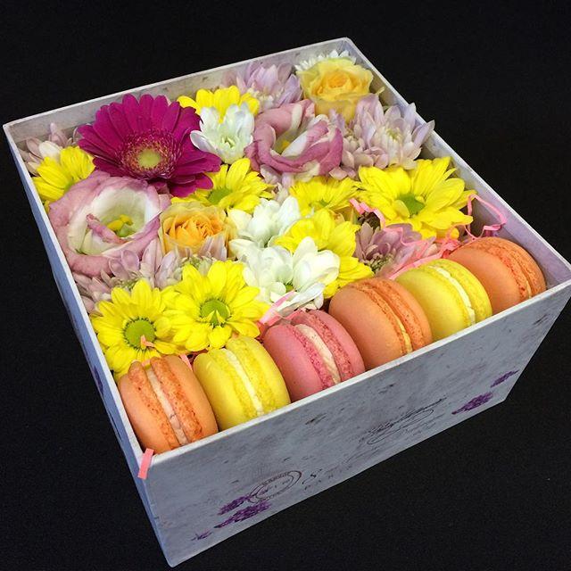 Макаронс 1 шт. — 6 шт., Шляпная коробка (средний) — 1 шт., Пиафлор — 1 шт., Лизиантус (нежно-розовый) — 2 шт., Роза кустовая (оранжевый) — 1 шт., Гербера мини …