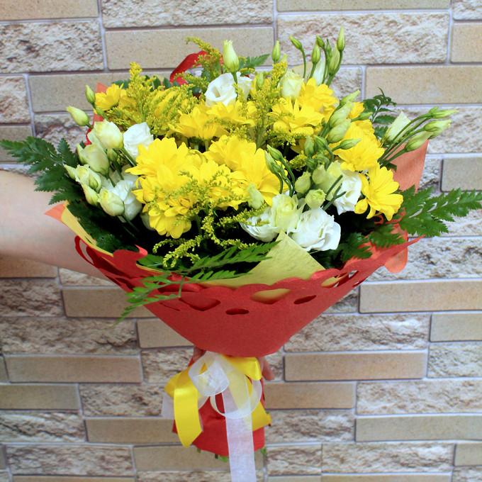 Хризантема кустовая (желтый) — 5 шт., Лизиантус (белый) — 7 шт., Солидаго (желтый) — 5 шт., Белая лента — 1 шт., Желтая лента — 1 шт., Папоротник — 6 шт., Упак…