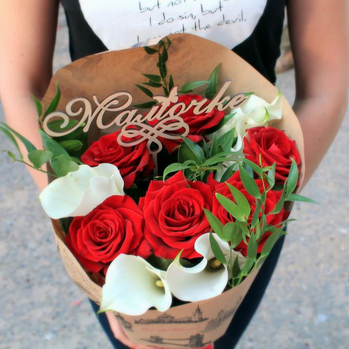 """Топпер """"Мамочке"""" — 1 шт., Красная лента — 1 шт., Рускус Итальянский — 4 шт., Упаковка Крафт-бумага — 1 шт., Роза Кения (красный, 50 см) — 7 шт., Калла (белый) …"""