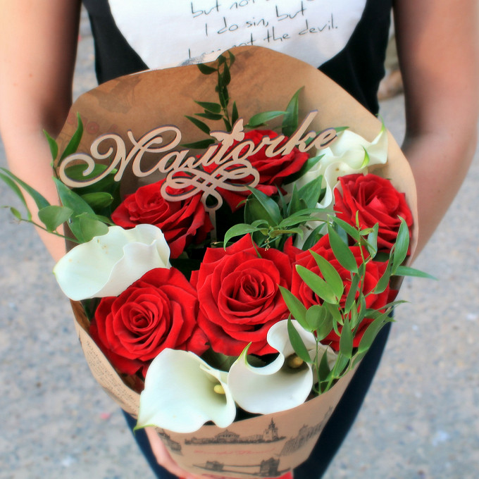 "Топпер ""Мамочке"" — 1 шт., Красная лента — 1 шт., Рускус Итальянский — 4 шт., Упаковка Крафт-бумага — 1 шт., Роза (красный, 50 см) — 7 шт., Калла (белый) — 5 шт."