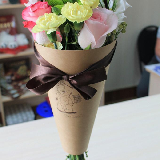 Упаковка Крафт-бумага — 1 шт., Шоколадная лента — 2 шт., Лизиантус (белый) — 2 шт., Хризантема Сантини (белый) — 1 шт., Гвоздика Кустовая (желтый) — 3 шт., Роз…