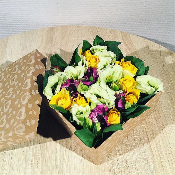 Эустома — 1 шт., Коробка (квадрат) (прочее, малый) — 1 шт., Пиафлор — 1 шт., Роза кустовая (желтый) — 2 шт., Альстромерия (фиолетовый) — 1 шт.